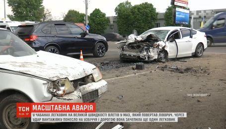 Под Киевом легковушка на большой скорости влетела в МАЗ