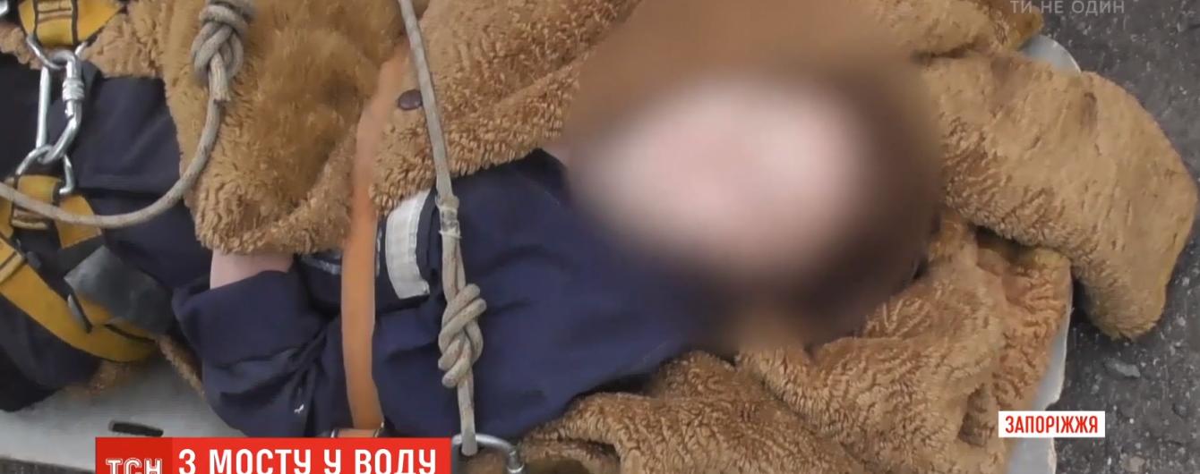 В Запорожье чудом уцелела девушка, которая прыгнула в воду с 40-метровой высоты
