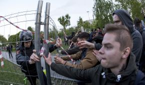 """У російському Єкатеринбурзі протестувальники стрибали і кричали """"Хто не скаче, той за храм"""""""