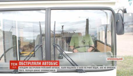 Крупногабаритный рейсовый автобус обстреляли в Кропивницком