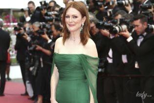 В платье с обнаженными плечами и с изумрудными серьгами: элегантная Джулианна Мур на красной дорожке