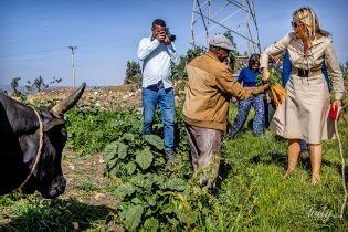 В бежевом платье и с пучком моркови: королева Максима посетила ферму в Эфиопии