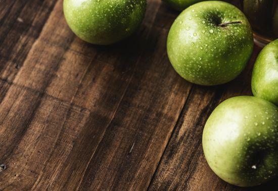 На українських ринках почали дешевшати ранні яблука