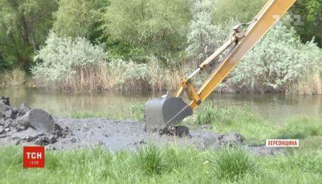 В Херсонской области жители Каланчака самостоятельно чистят реку