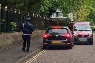 В Англії інспектор оштрафував за стоянку водія, якого сам заблокував