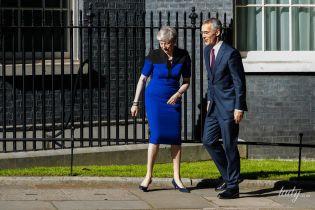 Подготовилась к выходу: 62-летняя Тереза Мэй подчеркнула фигуру синим платьем
