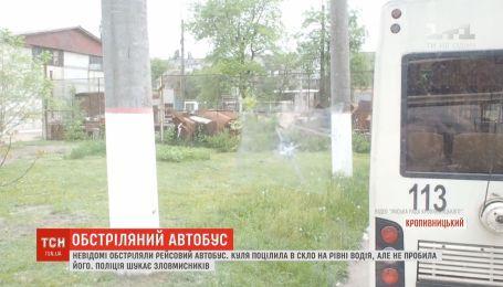 В Кропивницком из неизвестного оружия обстреляли крупногабаритный рейсовый автобус