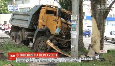В центре Херсона КАМАЗ столкнулся с легковушкой, вылетел на тротуар и врезался в дерево