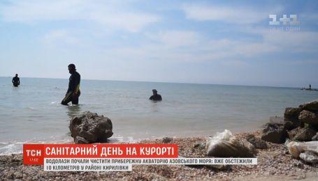 Санітарний день у Кирилівці: в очікуванні відпочивальників водолази чистять дно Азовського узбережжя