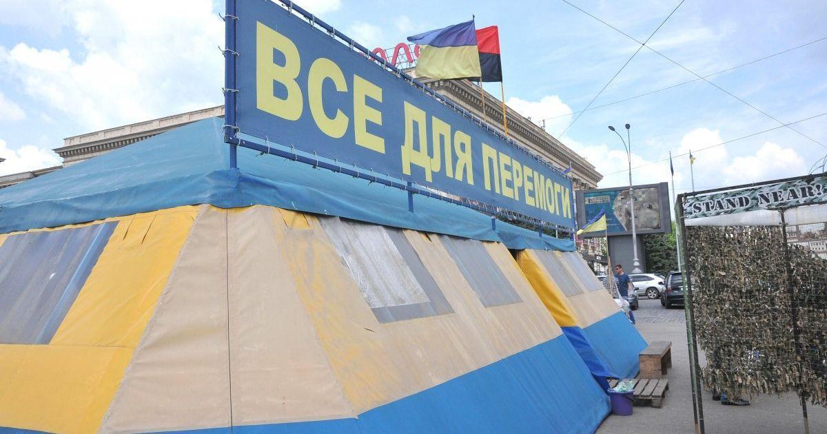 Горсовет Харькова подал в суд иск о сносе волонтерской палатки на площади Свободы