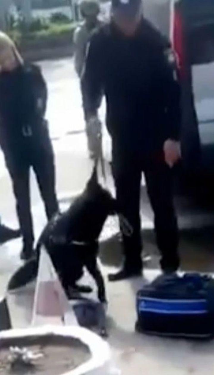В Житомире средь белого дня задержали торговцев кокаином