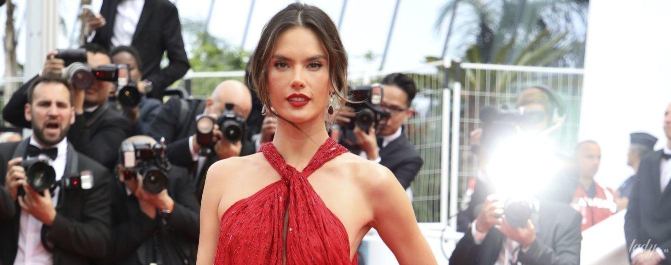 В червоній сукні з ефектним розрізом: Алессандра Амбросіо сяє в Каннах
