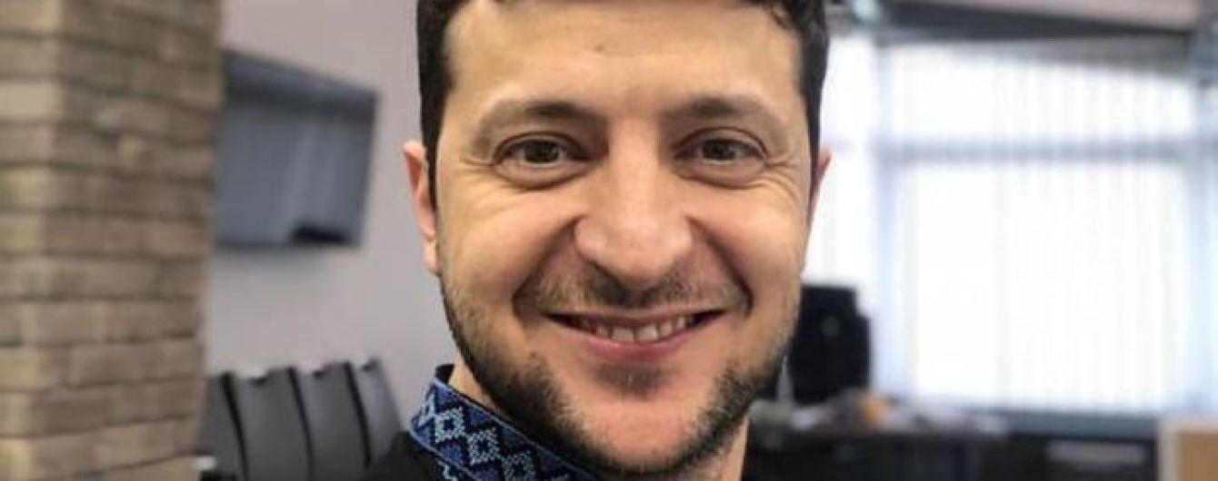 Зеленский в вышитой рубашке поздравил украинцев с Днем вышиванки