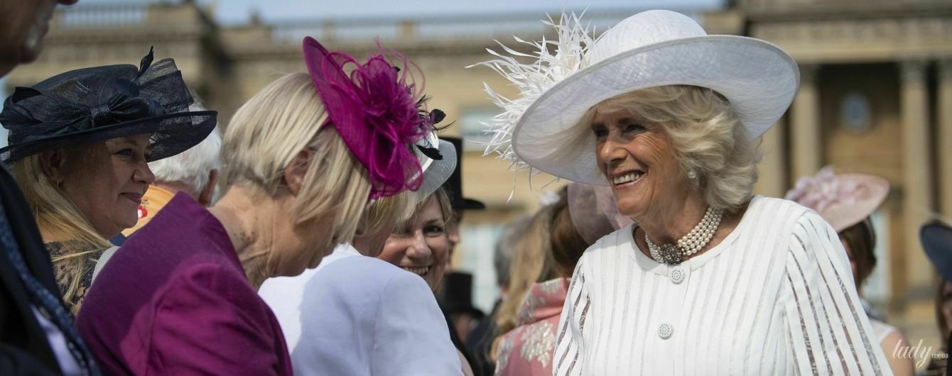 В білій сукні та капелюсі з пір'ям: герцогиня Корнуольська на садовій вечірці в Букінгемському палаці