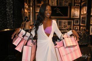 """В сиреневом бюстгальтере: новый """"ангел"""" Леоми Андерсон на презентации белья Victorias Secret"""