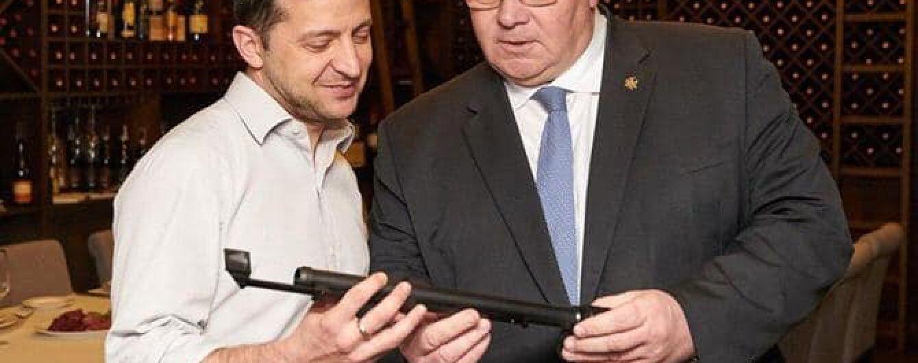 Зеленский передал на фронт подарок литовского министра