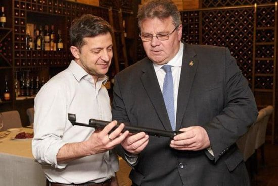 Зеленський передав на фронт подарунок литовського міністра