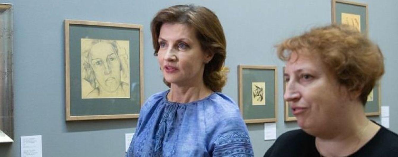 У блакитній вишиванці та спідниці-олівці: Марина Порошенко сходила на художню виставку
