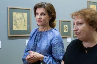 В синей вышиванке и юбке-карандаше: Марина Порошенко сходила на художественную выставку