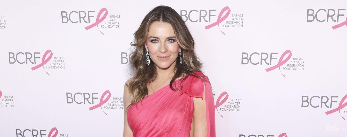В розовом платье с рюшами: красивая Элизабет Херли на вечеринке