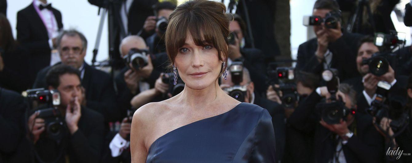 Вона прекрасна: 51-річна Карла Бруні підкреслила струнку фігуру елегантною сукнею