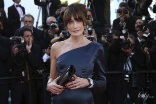 Она великолепна: 51-летняя Карла Бруни подчеркнула стройную фигуру элегантным платьем