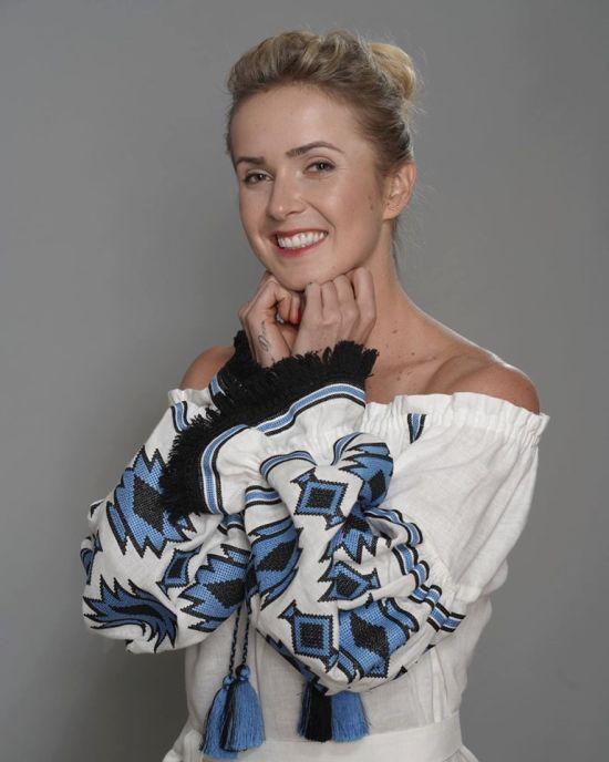 """""""Вдягни вишиванку - підтримай Україну!"""" Світоліна блиснула оголеними плечима у романтичній сорочці"""