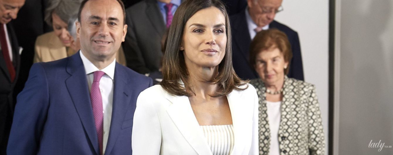 У білосніжному костюмі: королева Летиція продемонструвала на публіці черговий діловий образ
