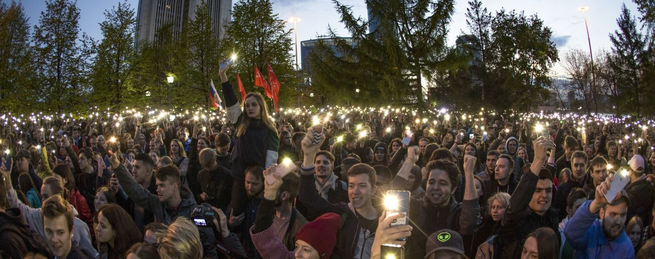 """У Єкатеринбурзі протестують проти будівництва храму, активістів розганяють """"православні тітушки"""" та ОМОН. Що там відбувається"""