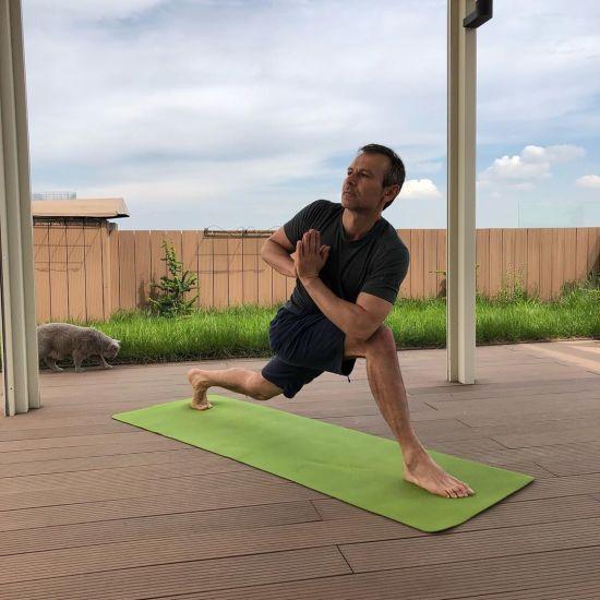 Вакарчук показав, як тримає себе у тонусі за допомогою йоги