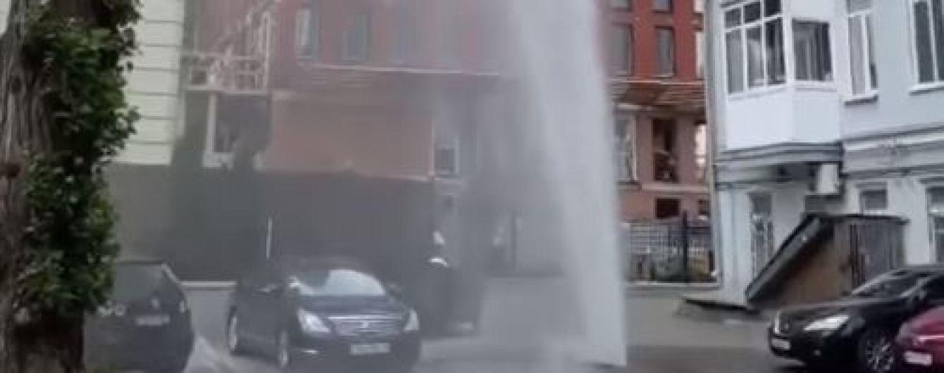 В центре Киева между припаркованными авто из-под асфальта вырвался мощный фонтан