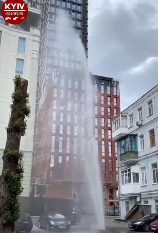 У центрі Києва поміж припаркованими авто з-під асфальту вирвався потужний фонтан