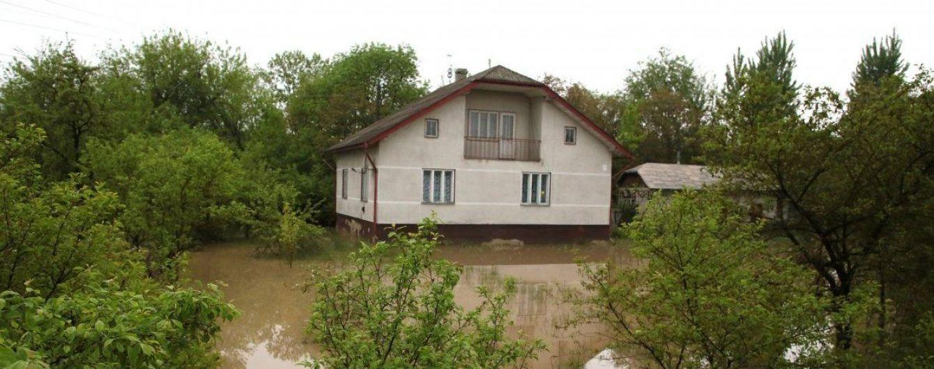 Поваленные деревья, подтопленные дома и обесточены населенные пункты: в Украину пришел циклон
