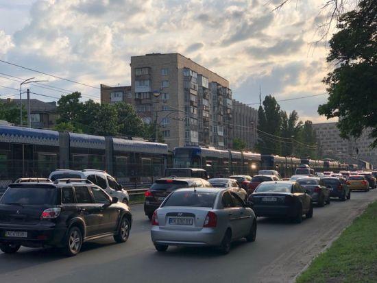 У Києві швидкісний трамвай зійшов з рейок - утворилися величезні затори