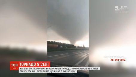 Жители села на Житомирщине засняли торнадо