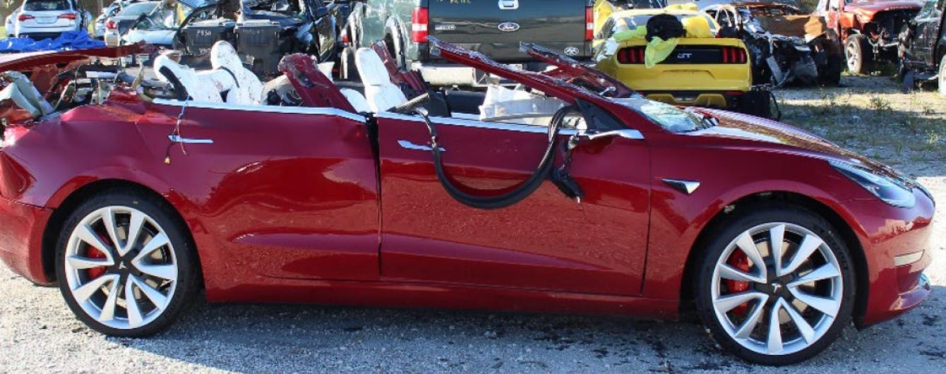 В Америці нова Tesla на автопілоті влетіла у фуру. Водій загинув