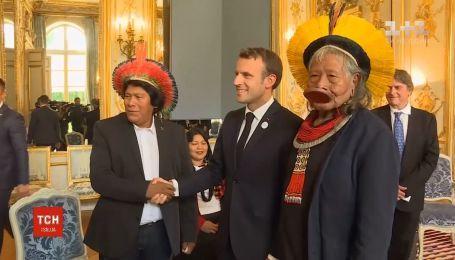 Представители коренных народов Бразилии приехали с визитом в Елисейский дворец