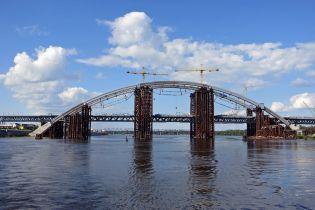 У Києві кипить робота на Подільському мості-довгобуді. Як триває будівництво