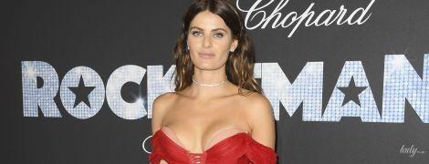Показала навіть труси: Ізабелі Фонтана одягла дуже коротку червону сукню на вечірку