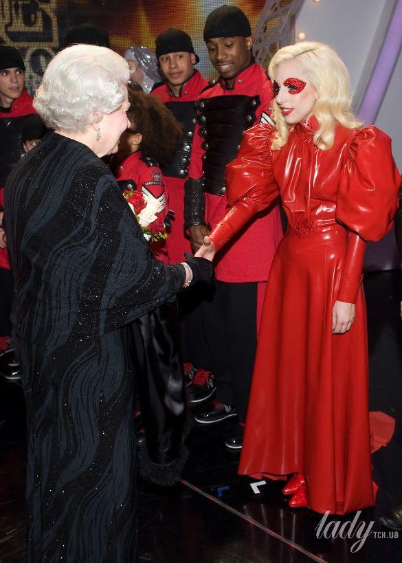 Королева Елизавета II и звезды_5