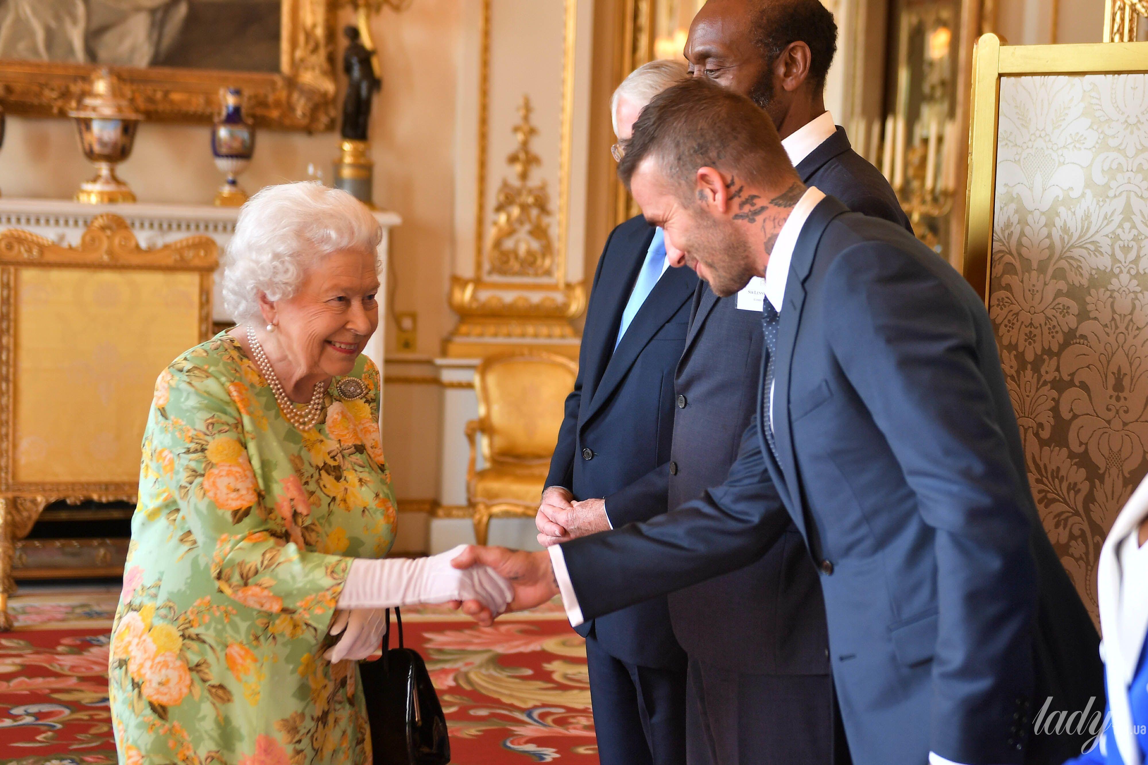 Королева Елизавета II и звезды_6