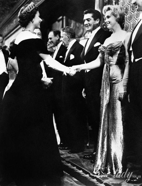 Королева Елизавета II и звезды_2