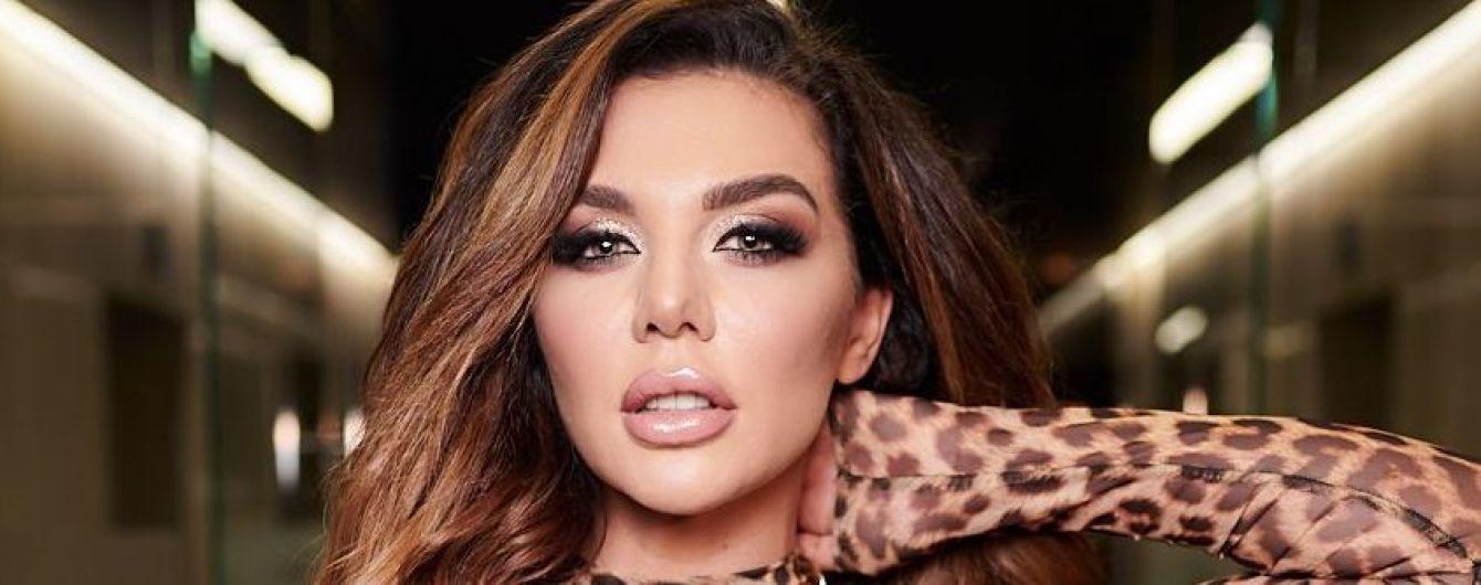 У прозорому леопардовому комбінезоні: Анна Сєдокова у сексуальному образі виступила в Києві