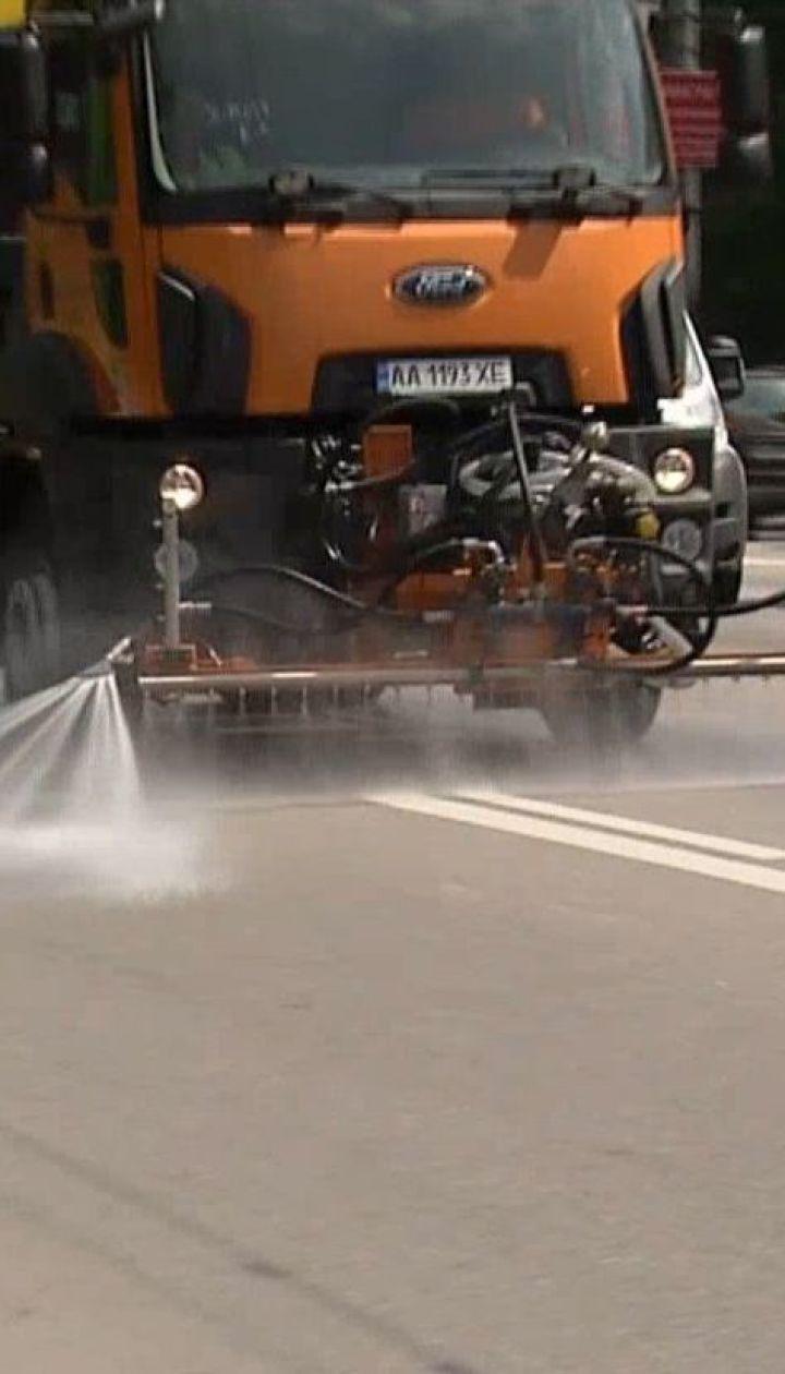 Столичні дороги почали мити за допомогою шампуню