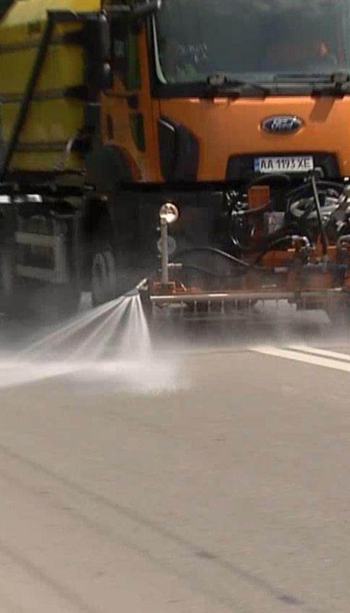 Столичные дороги начали мыть с помощью шампуня