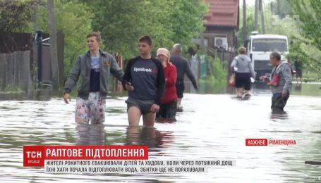 В Ровенской области река вышла из берегов и подтопила сотни хозяйств