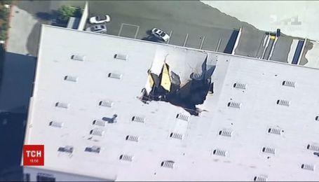 Американский истребитель проломил крышу на территории воздушной базы