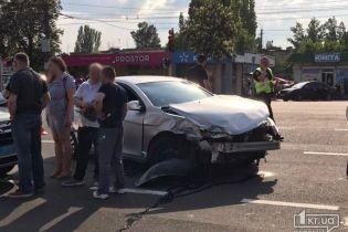 В Кривом Роге легковушка протаранила маршрутку с пассажирами, отбросив ее на тротуар возле остановки