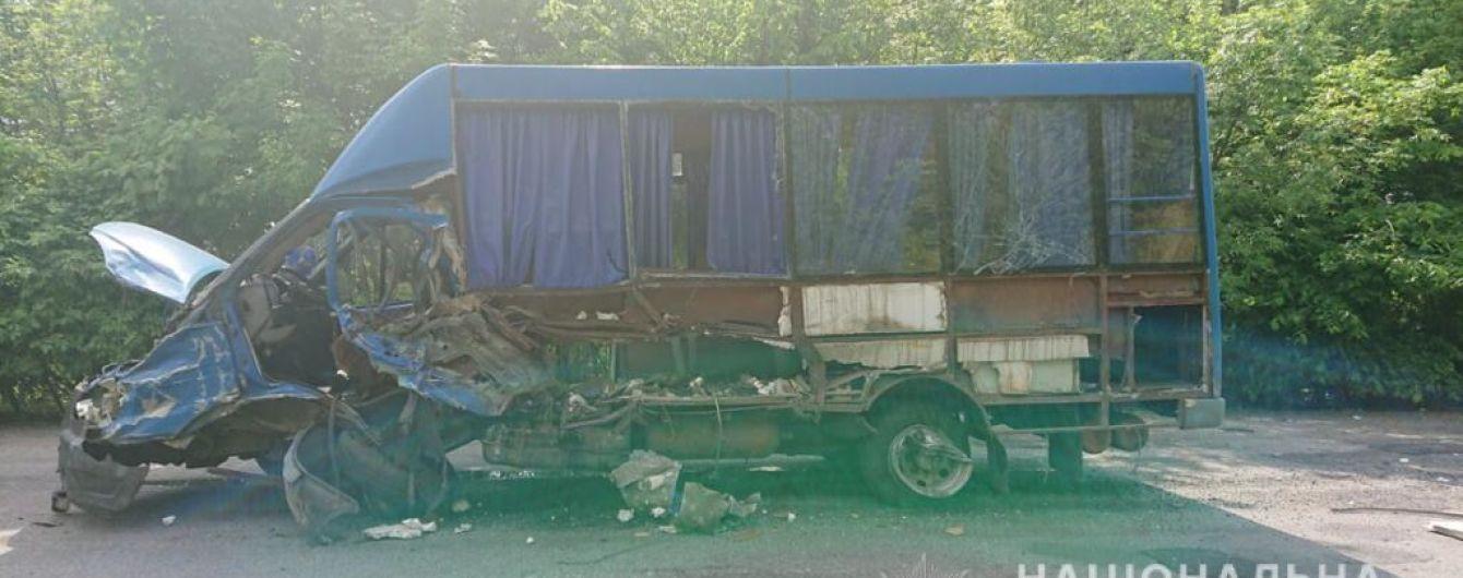 В Винницкой области фургон въехал в маршрутку: есть погибшие и пострадавшие