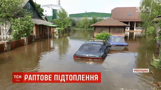 На Рівненщині після рекордної зливи потонуло село, люди залишилися без їжі та води